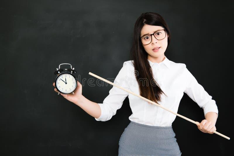 Ο ασιατικός δάσκαλος είναι πολύ 0 για έναν σπουδαστή που πάντα αργά στοκ εικόνες