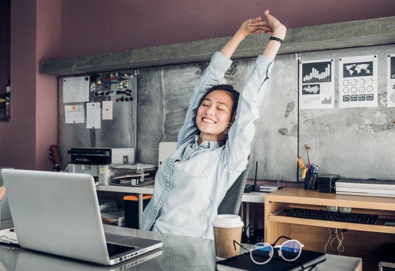 Ο ασιατικός δημιουργικός σχεδιαστής αυξάνει το βραχίονα επάνω και την ιδιαίτερη προσοχή μπροστά από το λ στοκ εικόνα με δικαίωμα ελεύθερης χρήσης