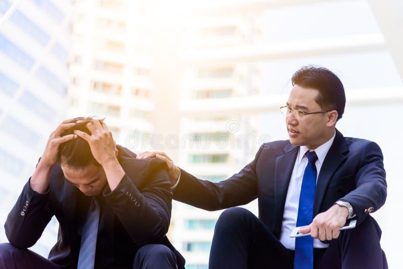 Ο ασιατικός επιχειρηματίας αισθάνεται λυπημένος και ματαιωμένος ανατρεμμένος αποτύχετε στη ζωή στοκ φωτογραφία