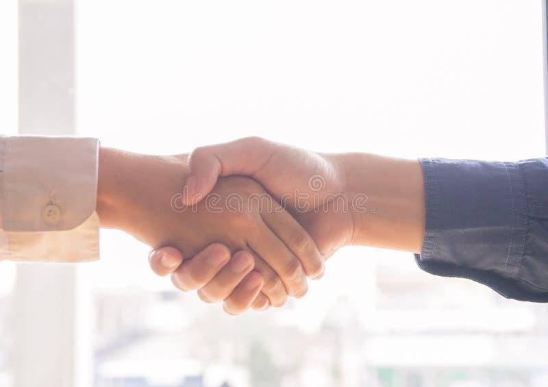 Ο ασιατικός επιχειρηματίας δημιουργεί μαζί μια αμοιβαία ευεργετική επιχειρησιακή σχέση στοκ εικόνα με δικαίωμα ελεύθερης χρήσης
