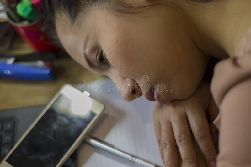 Ο ασιατικός εργαζόμενος γυναικών που πάσχει από βλαμμένος, κούραση, πόνος στο λαιμό, μυς, τόνισε κατά τη διάρκεια να εργαστεί με  στοκ φωτογραφία με δικαίωμα ελεύθερης χρήσης