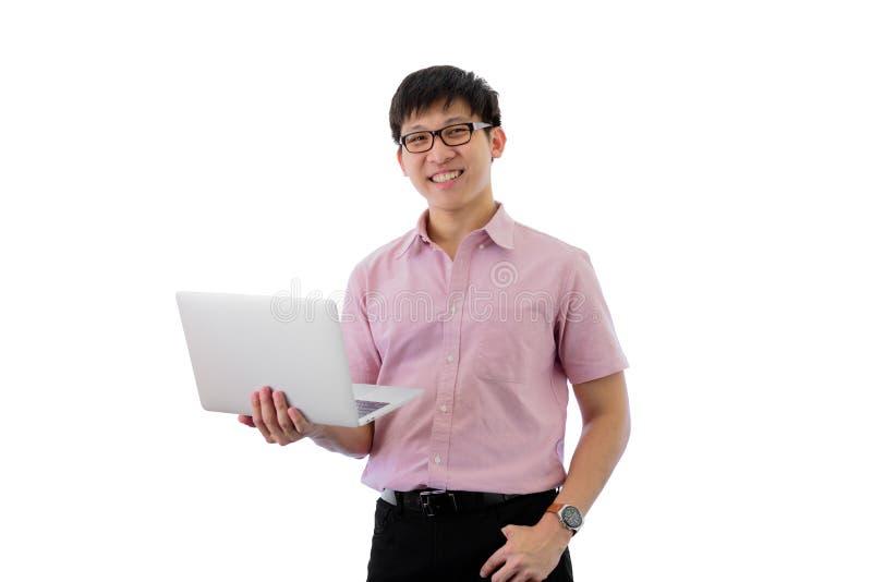 Ο ασιατικός νέος επιχειρηματίας έχει να αντιπροσωπεύσει και την εκμετάλλευση lap-top την εργασία με ευτυχή απομονωμένος στο υπόβα στοκ εικόνες