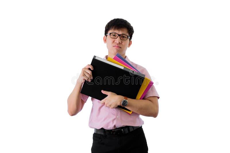 Ο ασιατικός νέος επιχειρηματίας έχει τη στάση και σκληρά την εργασία με πολλούς φακέλλους και έγγραφα απομονωμένος στο υπόβαθρο w στοκ εικόνες