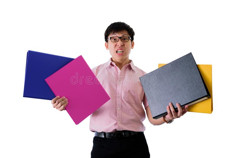 Ο ασιατικός νέος επιχειρηματίας έχει τη στάση και το κράτημα πολλών εγγράφων και φακέλλων με ανατρεμμένος απομονωμένος στο υπόβαθ στοκ εικόνες