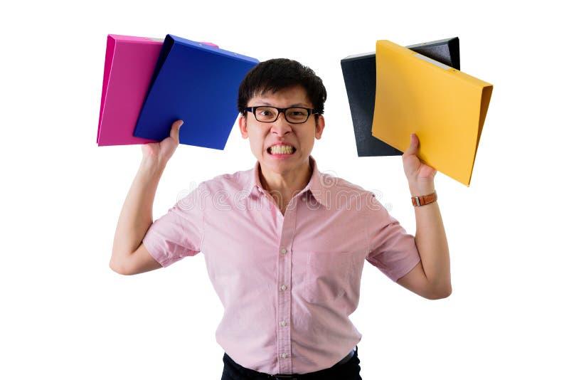 Ο ασιατικός νέος επιχειρηματίας έχει τη στάση και το κράτημα πολλών εγγράφων και φακέλλων με ανατρεμμένος απομονωμένος στο υπόβαθ στοκ φωτογραφία με δικαίωμα ελεύθερης χρήσης