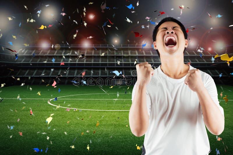 Ο ασιατικός οπαδός ποδοσφαίρου γιορτάζει στοκ εικόνες με δικαίωμα ελεύθερης χρήσης