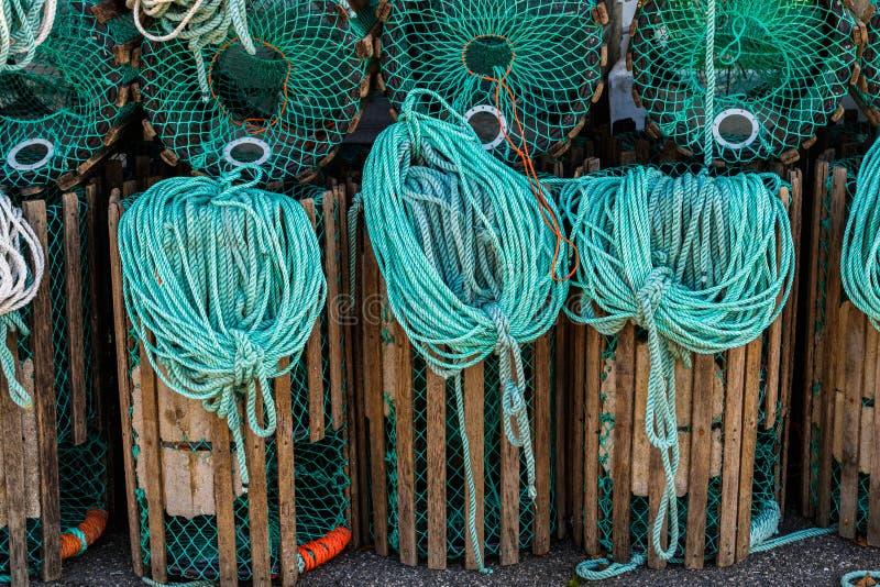 Ο αστακός παγιδεύει τη στάση σε μια αποβάθρα που προετοιμάζεται για την αλιεία με τα σχοινιά και τους σημαντήρες στοκ εικόνες