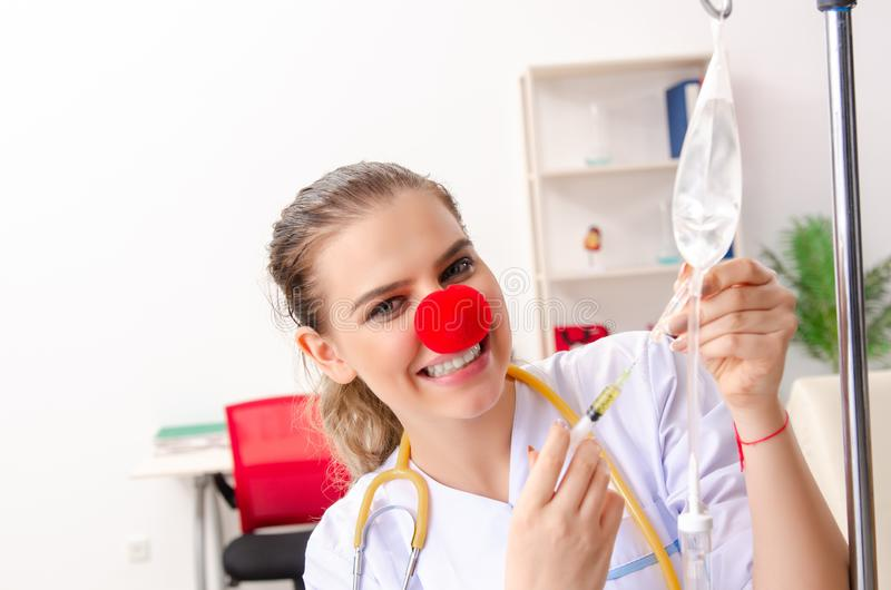 Ο αστείος θηλυκός γιατρός που εργάζεται στην κλινική στοκ εικόνες με δικαίωμα ελεύθερης χρήσης