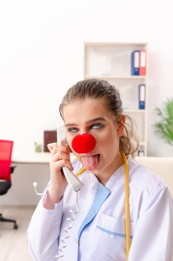 Ο αστείος θηλυκός γιατρός που εργάζεται στην κλινική στοκ φωτογραφίες με δικαίωμα ελεύθερης χρήσης