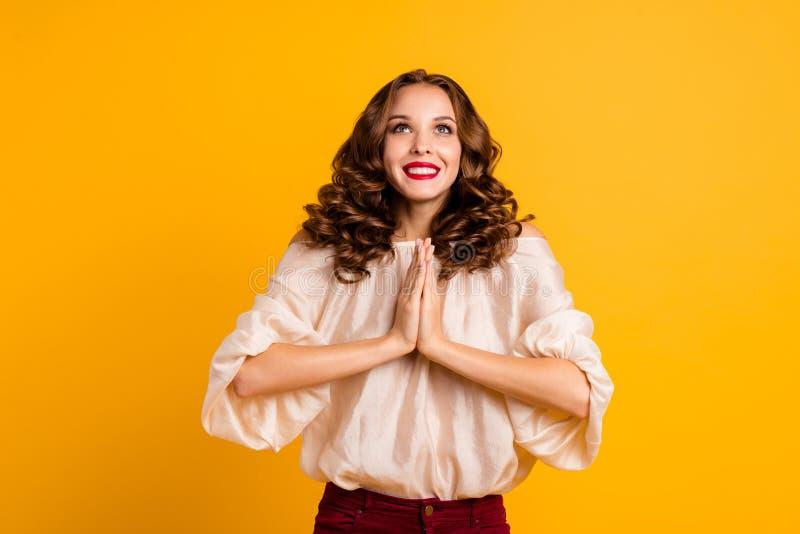 Ο αστείος φοβιτσιάρης ικανοποιημένος γυναικείος νεαρός πορτρέτου έχει την επιθυμία επιθυμητή να θελήσει αναμένει ότι η αναμονή κά στοκ φωτογραφίες με δικαίωμα ελεύθερης χρήσης