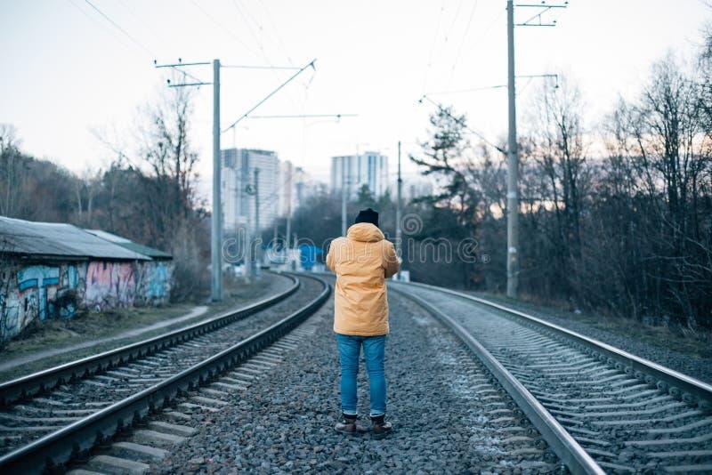 Ο αστικός εξερευνητής κάνει τη φωτογραφία των διαδρομών τραίνων στοκ εικόνα με δικαίωμα ελεύθερης χρήσης