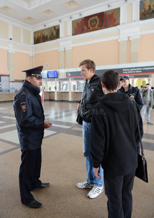 Ο αστυνομικός ελέγχει τη δημόσια τάξη στο σιδηροδρομικό σταθμό του σταθμού της Τούλα στοκ φωτογραφία με δικαίωμα ελεύθερης χρήσης