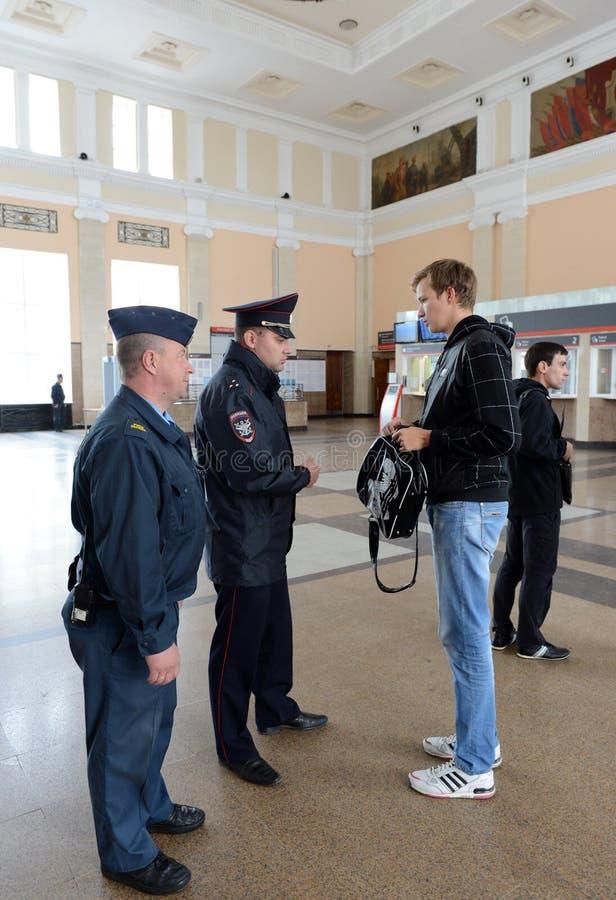Ο αστυνομικός ελέγχει τη δημόσια τάξη στο σιδηροδρομικό σταθμό του σταθμού της Τούλα στοκ εικόνες με δικαίωμα ελεύθερης χρήσης