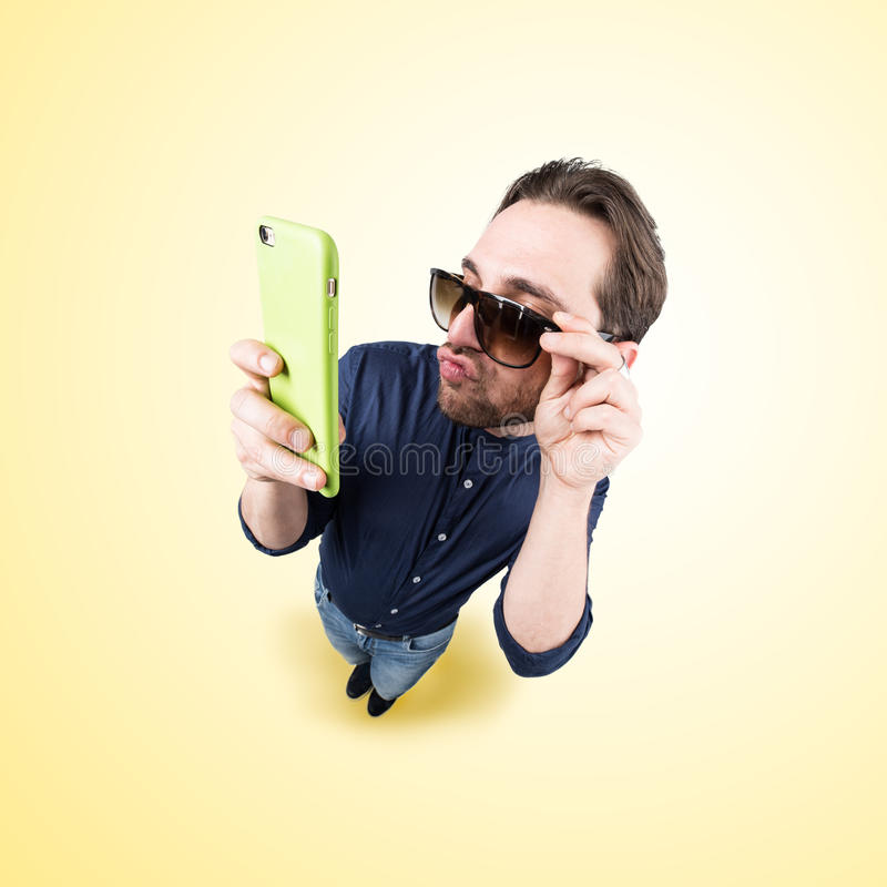 Ο λατινικός εραστής κάνει ένα αστείο πρόσωπο, και παίρνει μια αυτοπροσωπογραφία με δικούς του στοκ φωτογραφίες