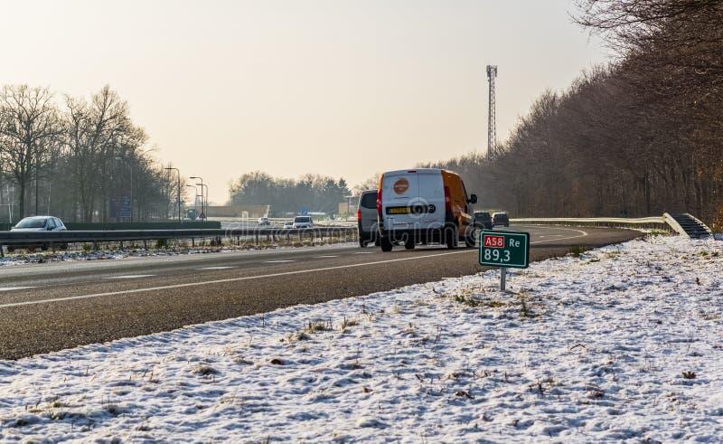 Ο αυτοκινητόδρομος A58 τη χειμερινή περίοδο με αυτοκίνητα να περνούν από το Roosendaal, Κάτω Χώρες, 23 ιανουαρίου 2019 στοκ εικόνα