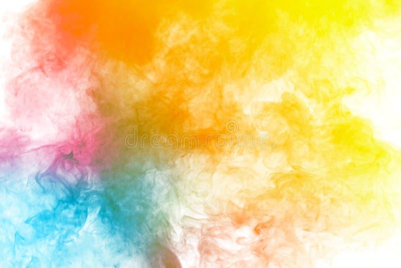Ο αφηρημένος πολυ χρωματισμένος καπνός έρευσε στο μαύρο υπόβαθρο Αφηρημένα κίτρινα σύννεφα αιθαλομίχλης χρώματος τόνου στοκ εικόνα με δικαίωμα ελεύθερης χρήσης
