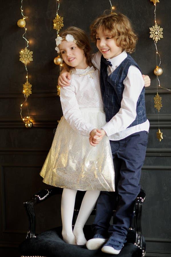 Ο αδελφός και η αδελφή στέκονται δίπλα-δίπλα ένωση τα χέρια στοκ εικόνες