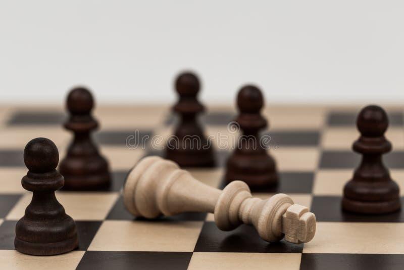 Ο βασιλιάς στο σκάκι έχει πέσει σε διάφορα ενέχυρα στοκ φωτογραφία με δικαίωμα ελεύθερης χρήσης