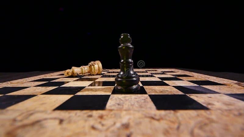 Ο βασιλιάς Bblack χτυπά το λευκό βασιλιά και παίρνει τη θέση του απόθεμα βίντεο
