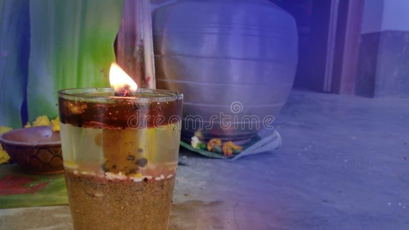 Ο βερνικωμένος γυαλί λαμπτήρας τρέχει και το puja θα πραγματοποιηθεί στοκ φωτογραφία με δικαίωμα ελεύθερης χρήσης