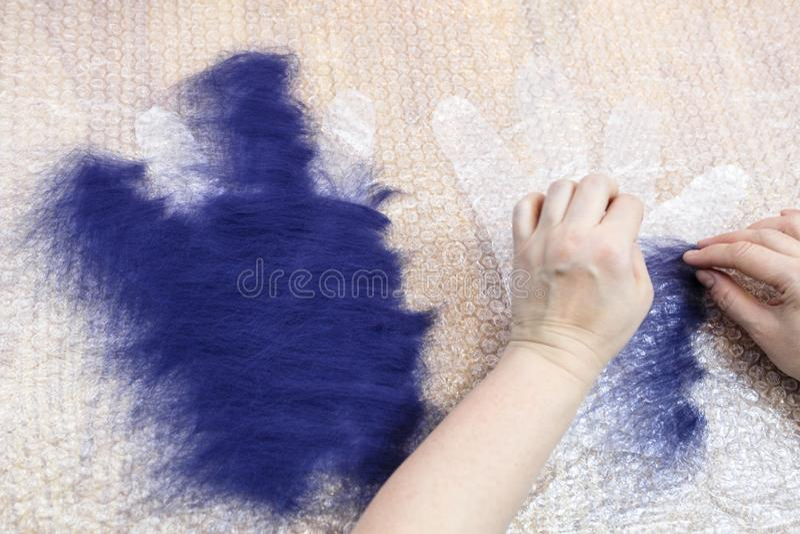 Ο βιοτέχνης διαδίδει τις ίνες στο δεύτερο τέμνον σχέδιο στοκ φωτογραφία με δικαίωμα ελεύθερης χρήσης