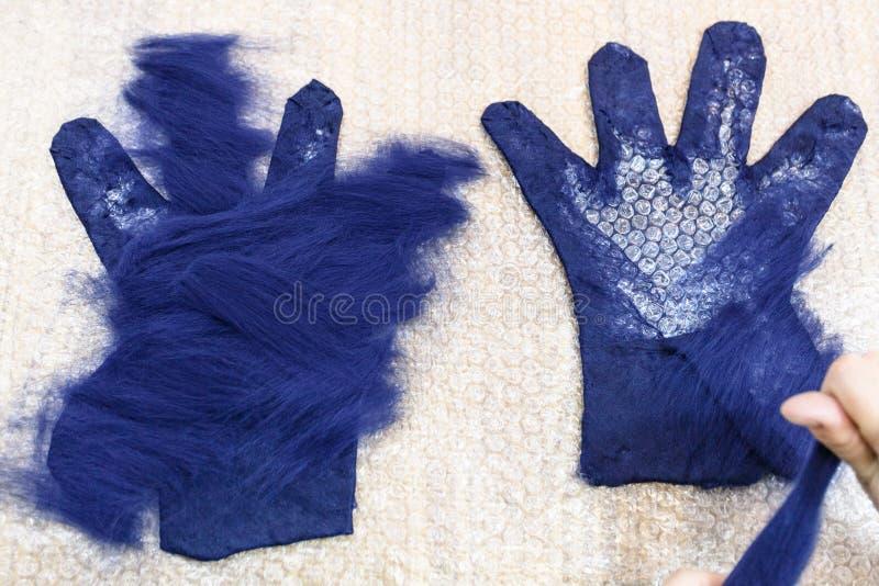 Ο βιοτέχνης διαδίδει το δεύτερο στρώμα των ινών στο γάντι στοκ εικόνα με δικαίωμα ελεύθερης χρήσης