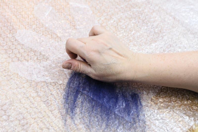 Ο βιοτέχνης διαδίδει το πρώτο στρώμα των ινών στο σχέδιο στοκ φωτογραφίες