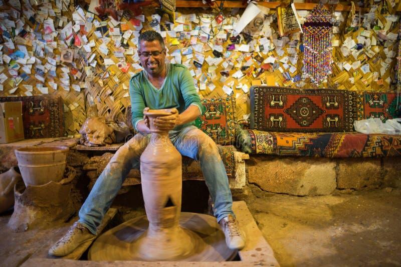 Ο βιοτέχνης κάνει την αγγειοπλαστική στοκ εικόνα