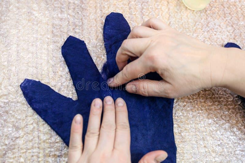 Ο βιοτέχνης προσθέτει τις ίνες στα δάχτυλα του υγρού γαντιού στοκ φωτογραφία με δικαίωμα ελεύθερης χρήσης
