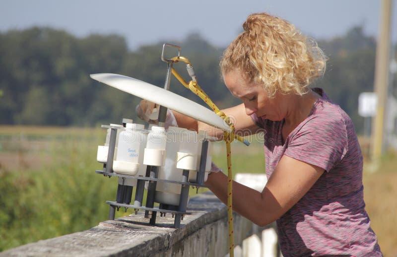 Ο βιολόγος του Καναδά περιβάλλοντος χρησιμοποιεί τον εξοπλισμό δειγματοληψιών ύδατος στοκ εικόνες