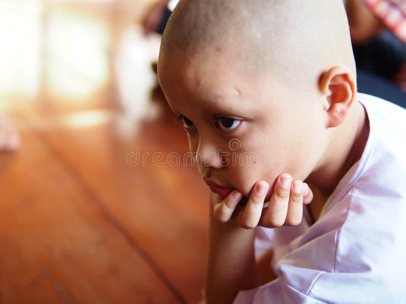 Ο βουδιστικός αρχάριος φαίνεται έτσι τρυπώντας στοκ εικόνες
