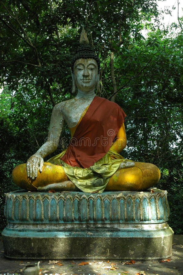 ο Βούδας κάθισε το ναό Ταϊλάνδη του Σουράτ αγαλμάτων στοκ εικόνες με δικαίωμα ελεύθερης χρήσης