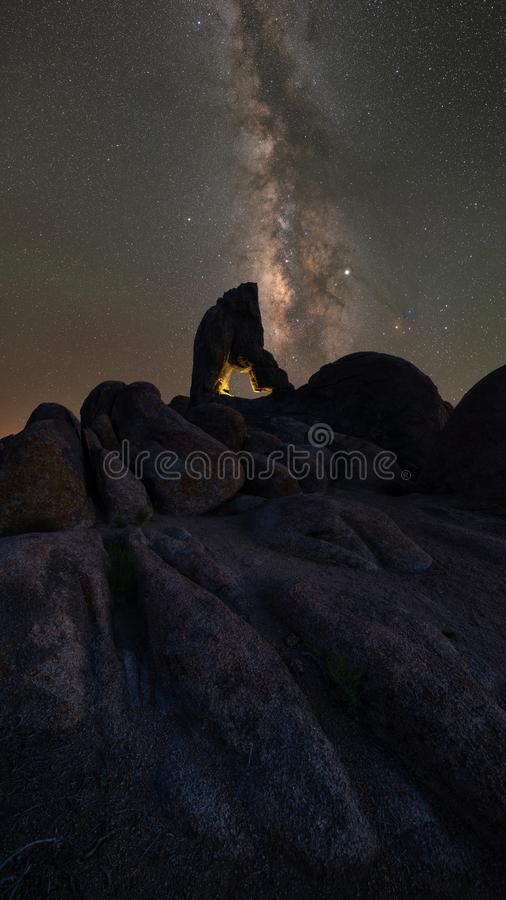 Ο βράχος αψίδων μποτών άναψε επάνω κάτω από το νυχτερινό ουρανό στοκ φωτογραφία