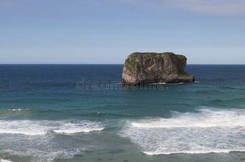 Ο βράχος και η θάλασσα στοκ φωτογραφία με δικαίωμα ελεύθερης χρήσης