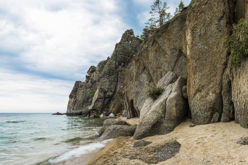 Ο βράχος πηγαίνει στο νερό της λίμνης Baikal στοκ φωτογραφίες
