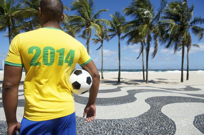 Ο βραζιλιάνος ποδοσφαιριστής ποδοσφαίρου φορά το πουκάμισο Ρίο του 2014 στοκ φωτογραφία