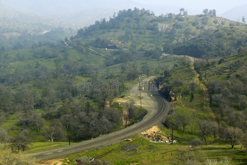 Ο βρόχος τραίνων Tehachapi κοντά σε Tehachapi Καλιφόρνια είναι η ιστορική θέση του νότιου ειρηνικού σιδηροδρόμου όπου φορτηγά τρέ στοκ φωτογραφίες