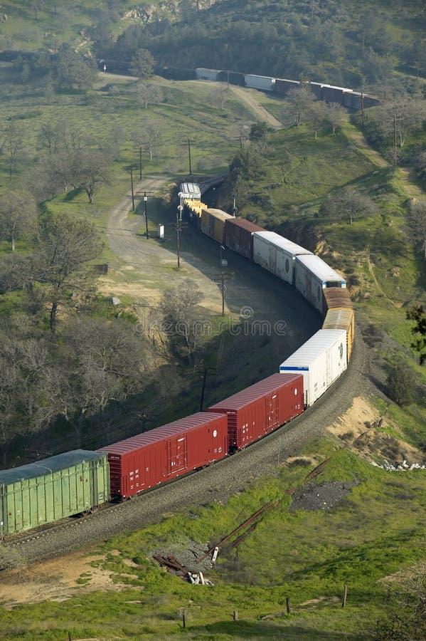 Ο βρόχος τραίνων Tehachapi κοντά σε Tehachapi Καλιφόρνια είναι η ιστορική θέση του νότιου ειρηνικού σιδηροδρόμου όπου φορτηγά τρέ στοκ εικόνες με δικαίωμα ελεύθερης χρήσης