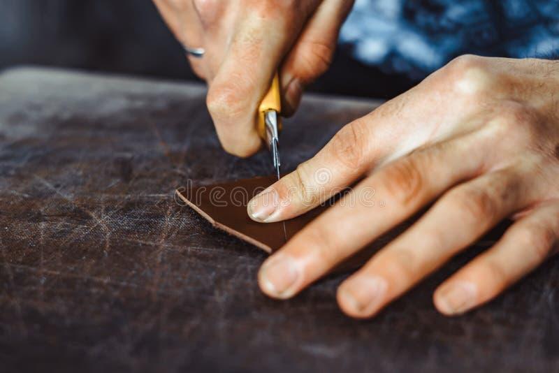 Ο βυρσοδέψης κόβει το δέρμα στοκ εικόνες με δικαίωμα ελεύθερης χρήσης