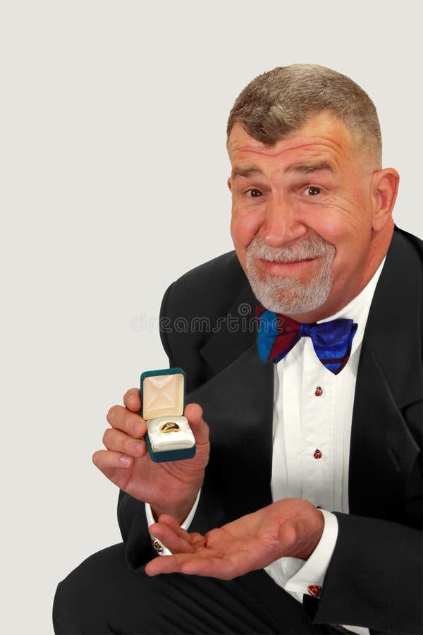 ο γάμος ατόμων προτείνει τον πρεσβύτερο δαχτυλιδιών στοκ φωτογραφία