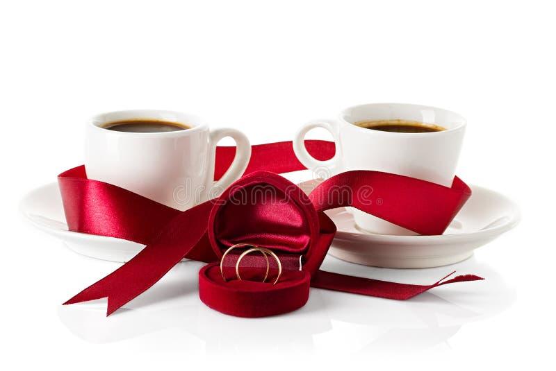 Ο γάμος χτυπά τα φλιτζάνια του καφέ στοκ φωτογραφίες