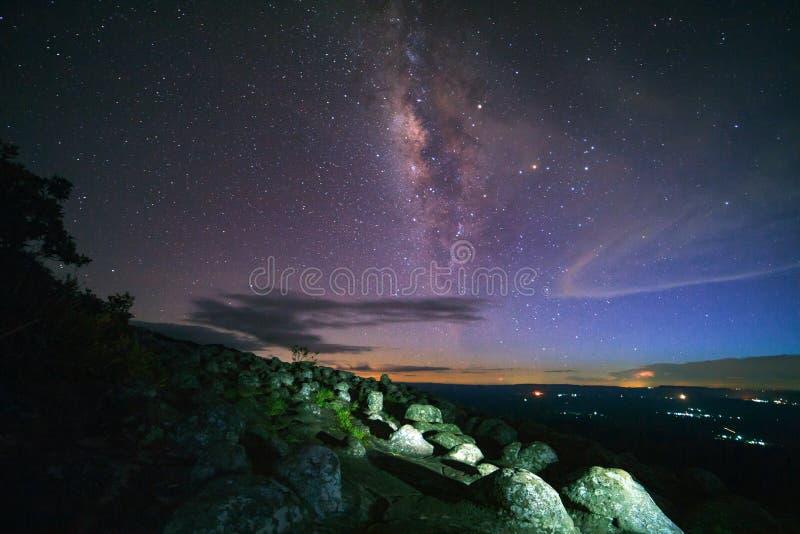 Ο γαλακτώδης γαλαξίας τρόπων με το εξόγκωμα αλεσμένο με πέτρα είναι άποψη του τοπικού LAN Hin Pum ονόματος στοκ εικόνα