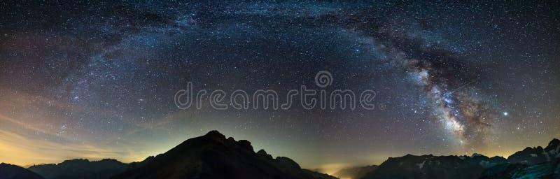 Ο Γαλαξίας σχηματίζει τον έναστρο ουρανό στις Άλπεις, Massif des Ecrins, Briancon Serre Chevalier θέρετρο σκι, Γαλλία Πανοραμική  στοκ εικόνες