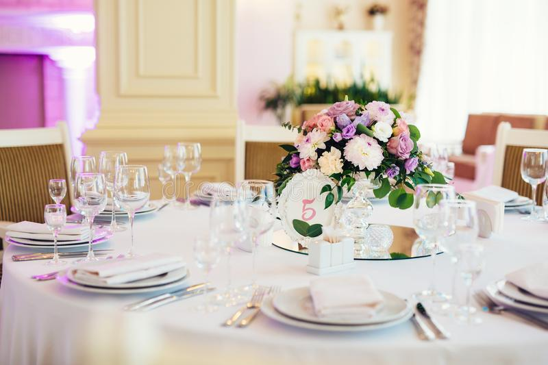 Ο γαμήλιος πίνακας εξυπηρέτησε και διακόσμησε με τα λουλούδια στοκ εικόνα