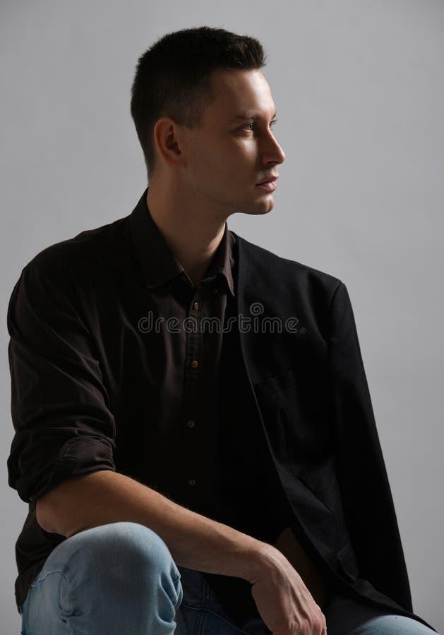 Ο γεμάτος αυτοπεποίθηση σύγχρονος επιχειρηματίας στο πουκάμισο με το ρόλο επάνω στα μανίκια, την ένωση σακακιών στον ώμο και το τ στοκ φωτογραφία με δικαίωμα ελεύθερης χρήσης