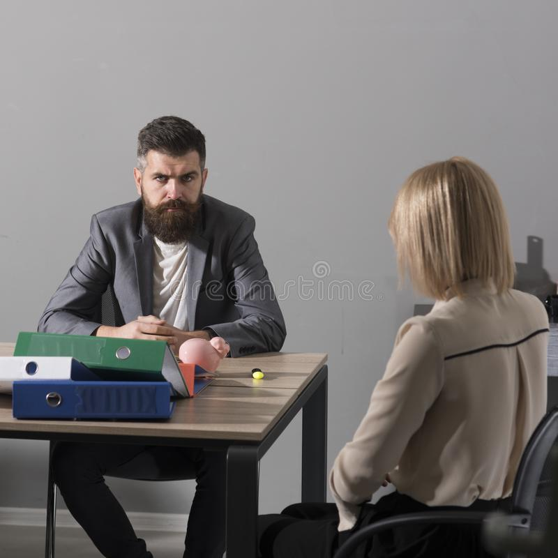 Ο γενειοφόροι άνδρας και η γυναίκα διοργανώνουν την επιχειρησιακή συνεδρίαση Ο επιχειρηματίας και η επιχειρηματίας κάθονται στο γ στοκ εικόνες