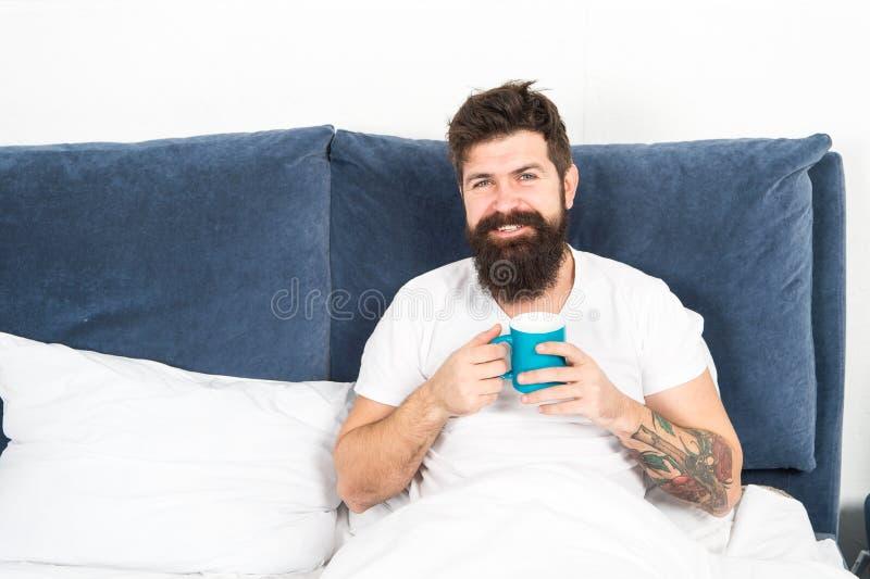 Ο γενειοφόρος τύπος απολαμβάνει τον καφέ πρωινού Συντονίστε μέσα στη νέα ημέρα Ξύπνημα πρωινού καλύτερα με τον καφέ φλυτζανιών Χα στοκ εικόνες με δικαίωμα ελεύθερης χρήσης