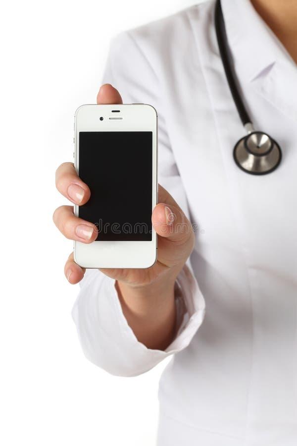 Ο γιατρός εμφανίζει κινητό τηλέφωνο στοκ εικόνα με δικαίωμα ελεύθερης χρήσης