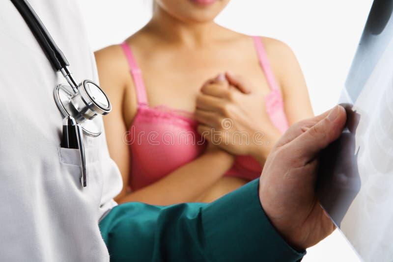 ο γιατρός εξετάζει τη νε&upsil στοκ εικόνα με δικαίωμα ελεύθερης χρήσης