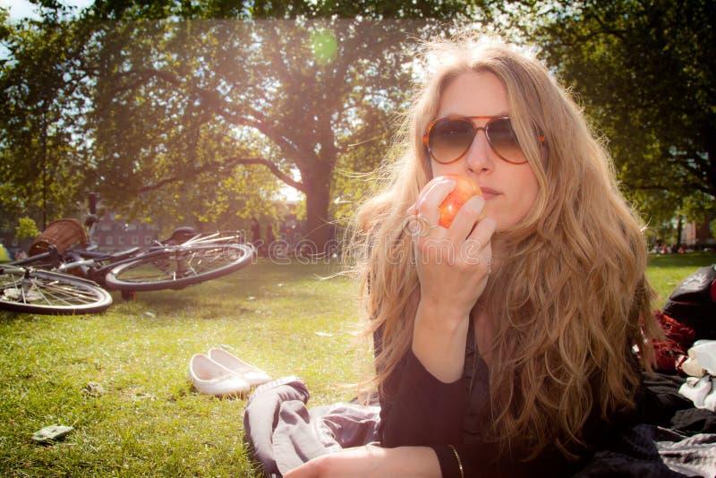 ο γιατρός ημέρας μήλων μακριά κρατά στοκ εικόνες με δικαίωμα ελεύθερης χρήσης